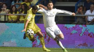 Villarreal's Argentinian defender Mateo Musacchio (L) vies with Real Madrid's Portuguese forward Cristiano Ronaldo during the Spanish league football match Villarreal CF vs Real Madrid CF at El Madrigal stadium in Villareal on September 27, 2014. AFP PHOTO/ JOSE JORDAN